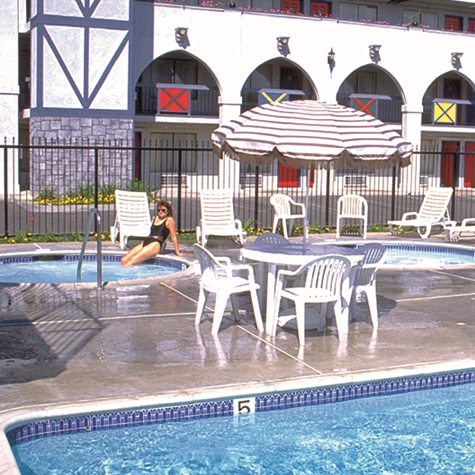 outdoor pool at castle inn and suites in Anaheim ca
